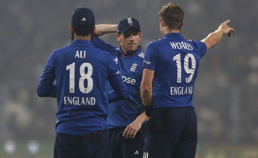 Cricket - India v England - Third One Day International - Eden Gardens, Kolkata, India - 22/01/2017. England's captain Eoin Morgan (C) talks with his teammates Moeen Ali and Chris Woakes. REUTERS/Rupak De Chowdhuri