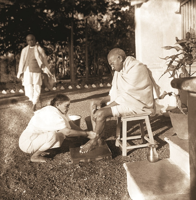Bardoli: Kasturba Gandhi washing Mahatma Gandhi's feet, 1939. Patel is seen behind. From Nazar Photography Monographs 03 – KANU'S GANDHI. Photograph by Kanu Gandhi / © Gita Mehta, heir of Abha and Kanu Gandhi.