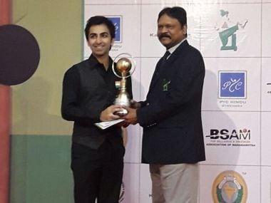 Pankaj Advani with the Indian National Snooker Championship trophy. Image courtesy: Twitter/@PankajAdvani247