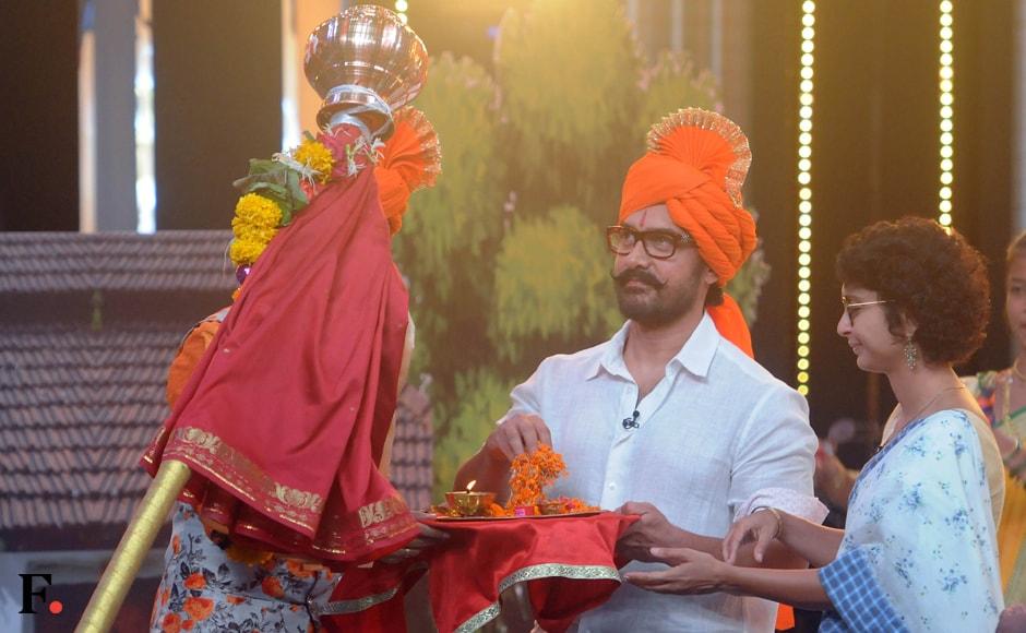 Aamir Khan spotted sporting a saffron padgi. Kiran Rao was present as well. Sachin Gokhale/Firstpost