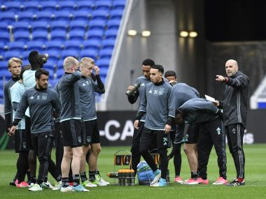 Ajax's Dutch head coach Peter Bosz (R) speaks to his players during a training session at Parc Olympique Lyonnais Stadium in Decines-Charpieu on May 10, 2017, the eve of the Europa League football match between Olympique Lyonnais and AFC Ajax Amsterdam. / AFP PHOTO / PHILIPPE DESMAZES