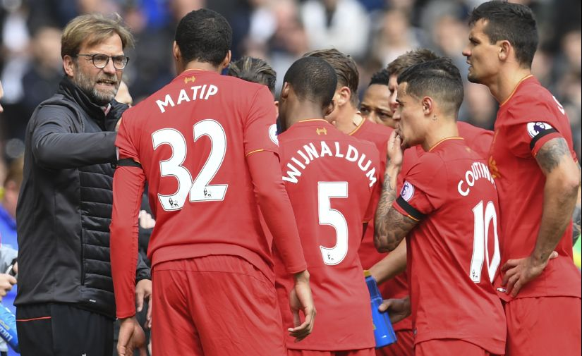 Liverpool's German manager Jurgen Klopp (L) speaks to his players. AFP