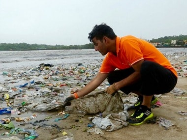 Afroz Shah cleaning Versova beach. Image courtesy: Twitter/ AfrozShah1