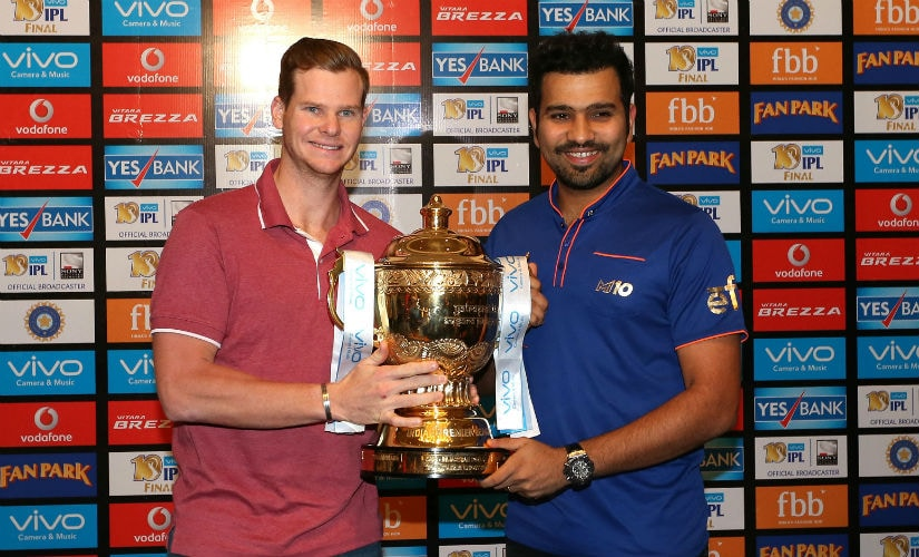 RPS captain Steve Smith (L) and his MI skipper Rohit Sharma with the IPL trophy before the final. Sportzpics