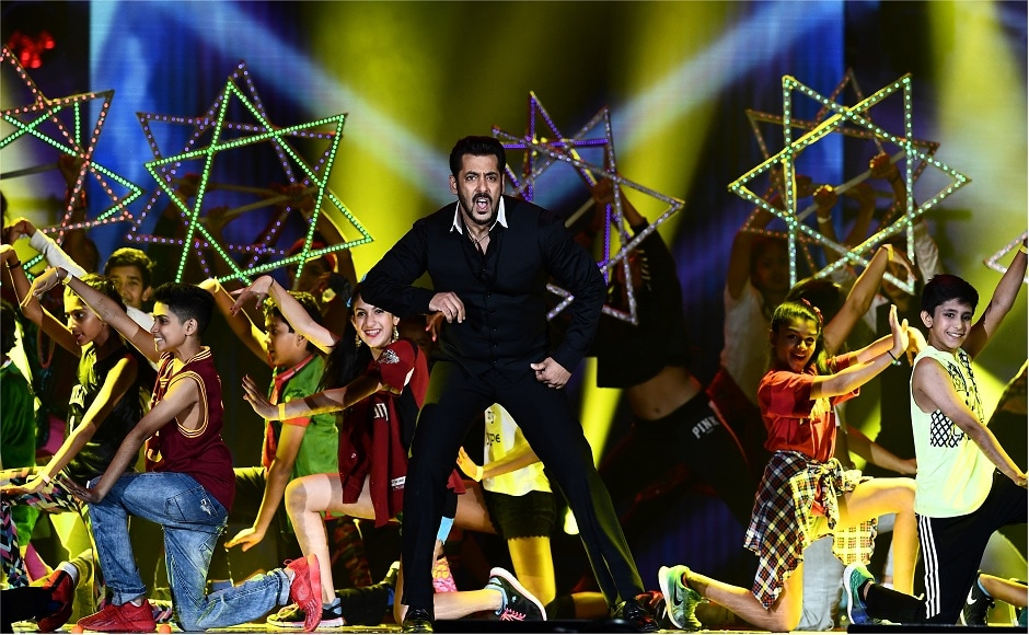 Bollywood actor Salman Khan (C) performs on stage during 18th International Indian Film Academy (IIFA) Festival at the MetLife Stadium in East Rutherford, New Jersey, on July 16, 2017. / AFP PHOTO / Jewel SAMAD
