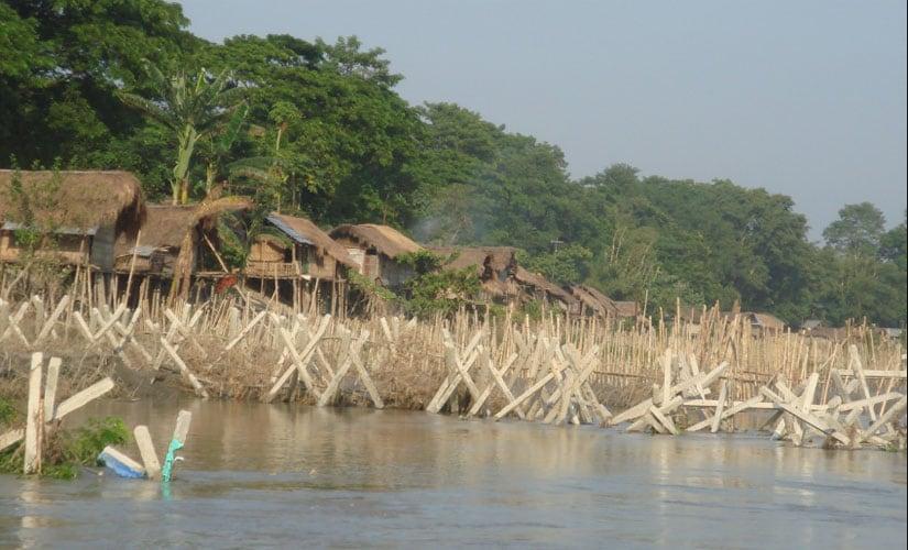 Porcupines to prevent erosion at Bengena-Ati in Majuli, Assam. Image courtesy Brahmaputra Board