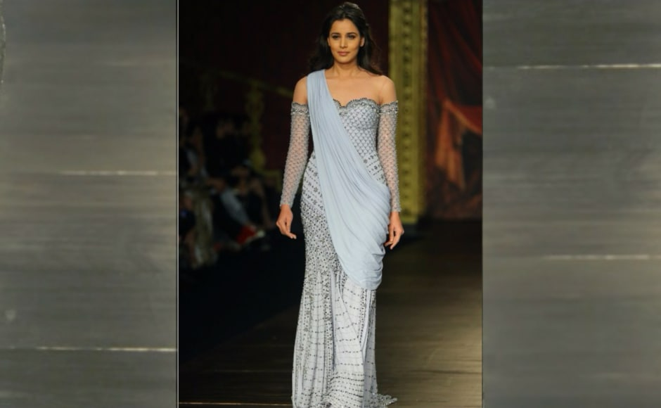 Jaising unfolded her most colossal collection 'Opera' at the fashion gala and the collection shown had a theatrical variation of fabrics composed of lame, velvet metallics, tulle, chikankari, Italian organza, banarasi, metallic satin and much more. Image from <em>News 18.</em>