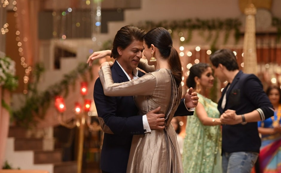 Ansuhka Sharma and Shah Rukh Khan danced along with the rest of cast members. Image from Twitter.