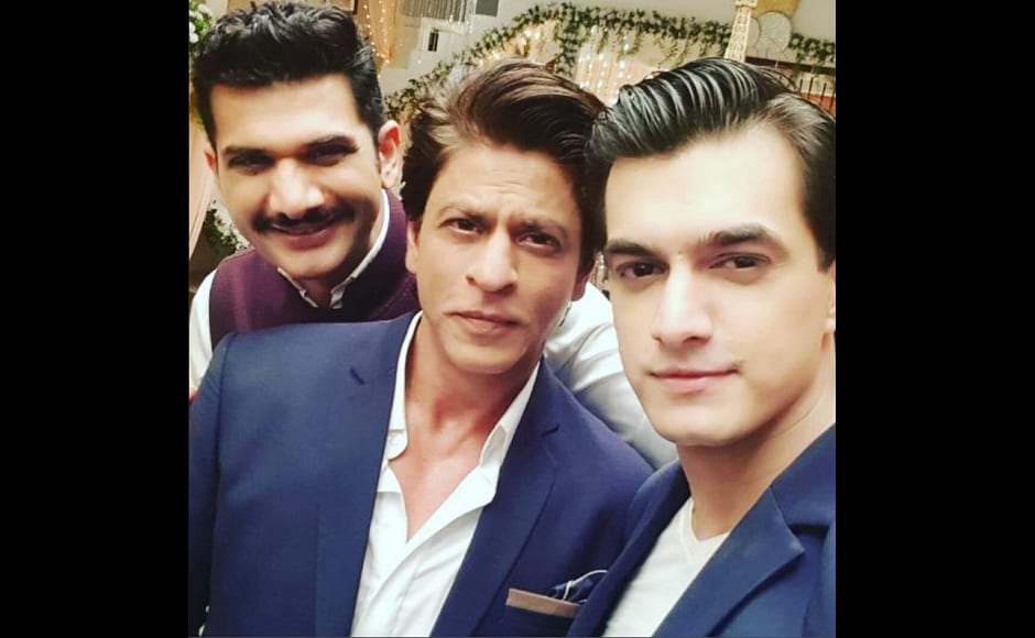 Shah Rukh Khan poses for a selfie with the actors of Yeh Rishta Kya Kehlata Hai. Image from Twitter.