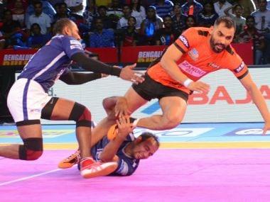 Anup Kumar (R) scored a stunning super raid to help U Mumba beat Dabang Delhi. Twitter/@ProKabaddi