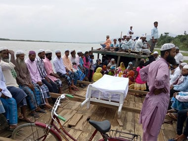 Body of Umme Salma taken in a boat to Koriya Pahar in Boitamari Revenue Circle, Bongaigaon. Image courtesy 101Reporters