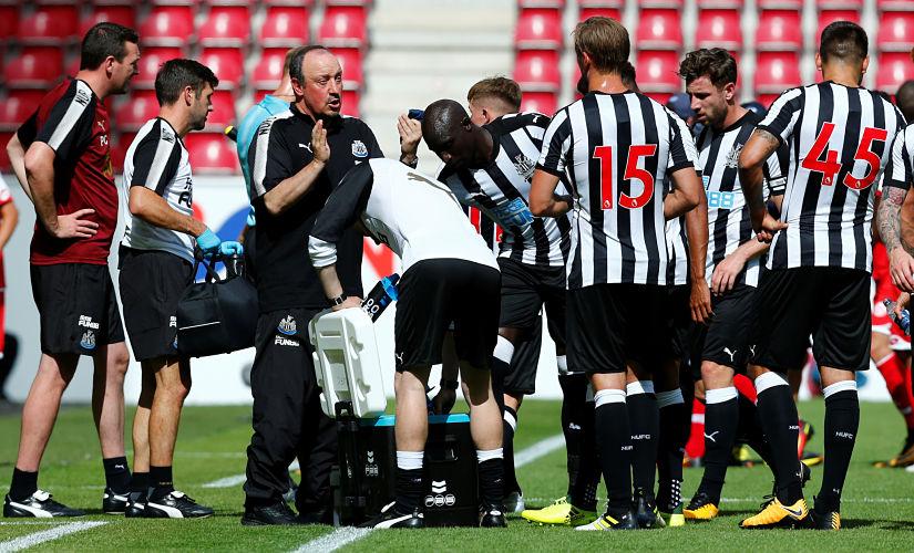 Soccer Football - FSV Mainz 05 v Newcastle United - Pre Season Friendly - Mainz, Germany - July 29, 2017 Newcastle manager Rafael Benitez talks to their players REUTERS/Ralph Orlowski - RTS19O3N