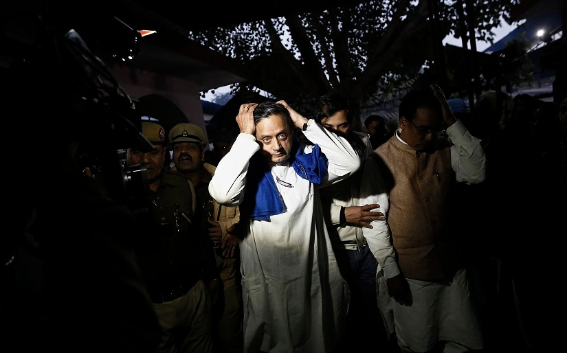 """India's junior human resource development minister Shashi Tharoor (C) gestures after performing the last rites for his wife Sunanda Puskhar at a cremation ground in New Delhi January 18, 2014. The death of Sunanda was described as """"sudden"""" and """"unnatural"""" following an autopsy on Saturday, a day after she was found dead in a New Delhi hotel room having earlier accused Tharoor of adultery. Police have launched an inquest into her death. REUTERS/Adnan Abidi (INDIA - Tags: SOCIETY TPX IMAGES OF THE DAY) - RTX17JNV"""