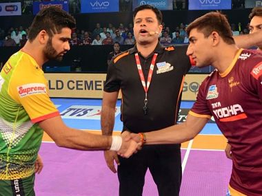 Pardeep Narwal (L) and Nitin Tomar(R) during the toss. Image courtesy: Pro Kabaddi League website