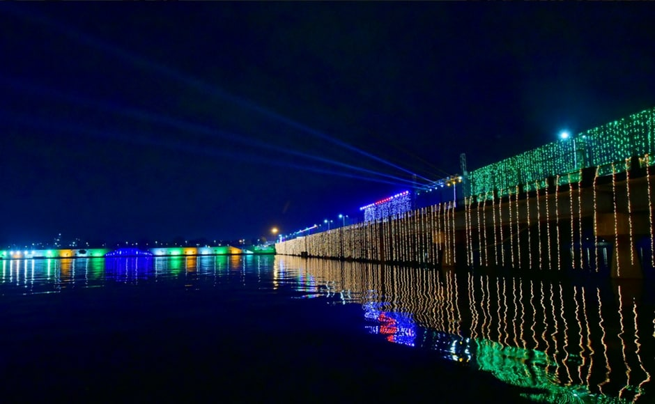 Sabarmati Riverfront has been linedwith lights while flags of Japan and India can be seenprojected on the nearby buildings. Twitter@PMOIndia