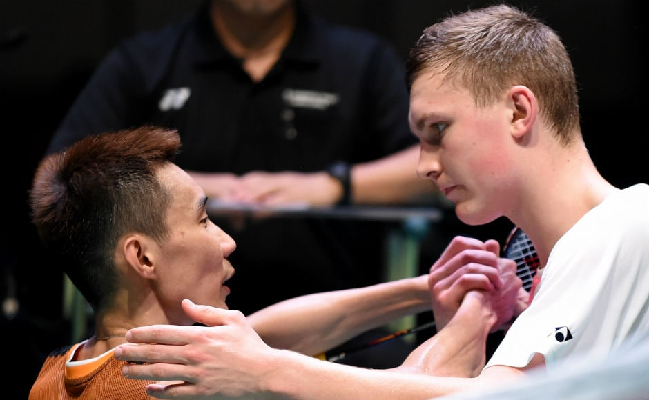 Viktor Axelsen (R) of Denmark shakes hands with six-time Japan Open winner Lee Chong Wei (L) after his victory in the men's singles final match. AFP