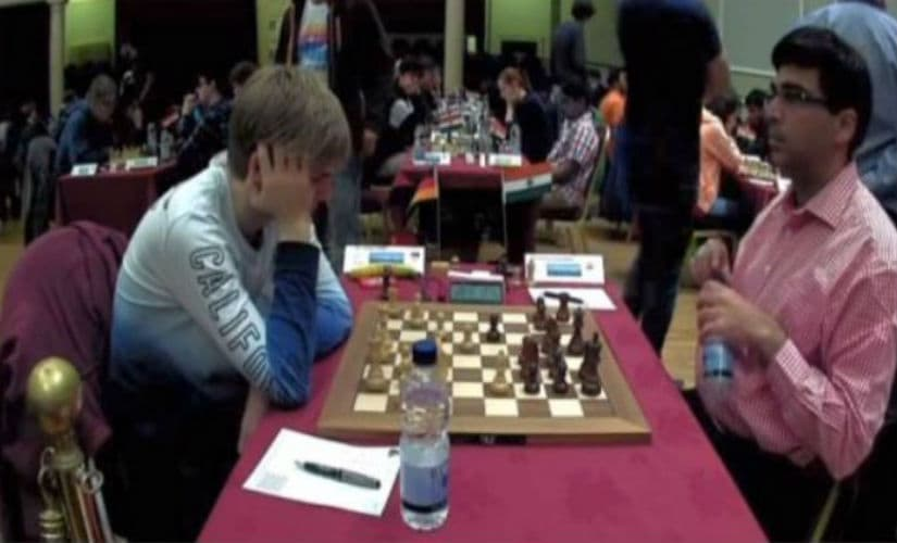 Viswanathan Anand (R) in his game against Jonas Lampert. Screenshot from the live broadcast