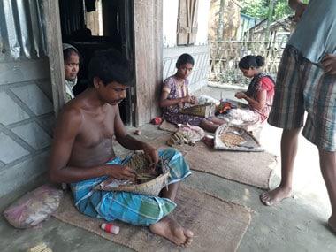 Ananda Rai, 40 his wife Madhu Rai, 25 and daughter Tarani Rai, 10 busy making beedi in their home in Baniamari village of Sahebganj Gaon Panchayat. Image courtesy Syeda Ambia Zahan