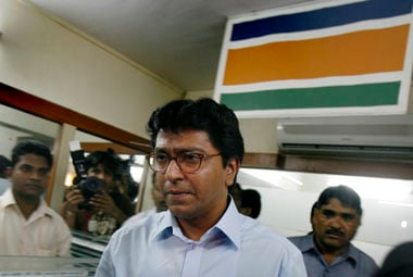 MNS workers pull down Gujarati signboards at Thane shops after Raj Thackerays calls for Modi-mukt Bharat