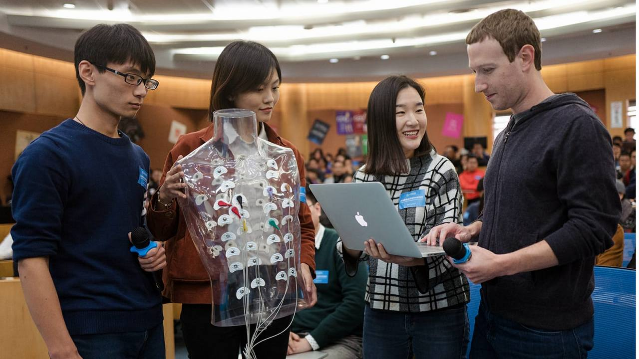 Mark Zuckerberg with the students at Tsinghua School of Economics and Management. Image: Facebook/@Mark Zuckerberg