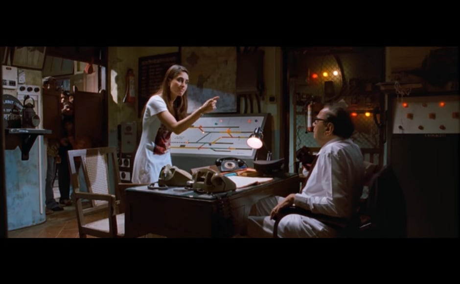 When Geet misses her train because she is too busy arguing with the hawker for overcharging her and has to approach the luggage in-charge. Screengrab from Youtube.