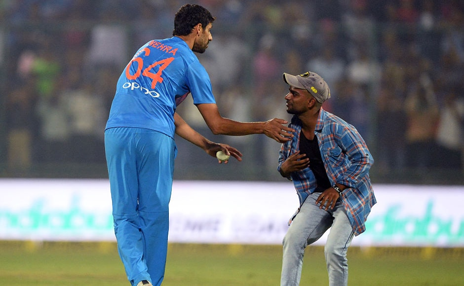 With victory assured, Virat Kohli asked Ashish Nehra to bowl the final over of the match. A fan managed to get on the field and take the blessing of the retiring Ashish Nehra. AFP