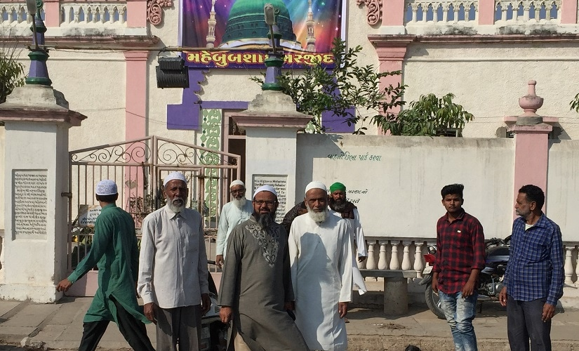 Muslims leaving the Mehboob Shah mosque after prayers. Image procured by the author