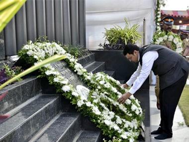 Maharashtra chief minister Devendra Fadnavis lays a wreath to mark the 9th anniversary of 26/11 Mumbai attacks. Twitter @CMOMaharashtra
