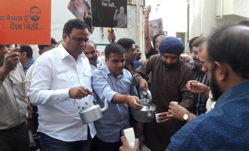 Tajinder Bagga distributing tea at Congress' Surat office. Image credit: Facebook/Harsh Sanghavi