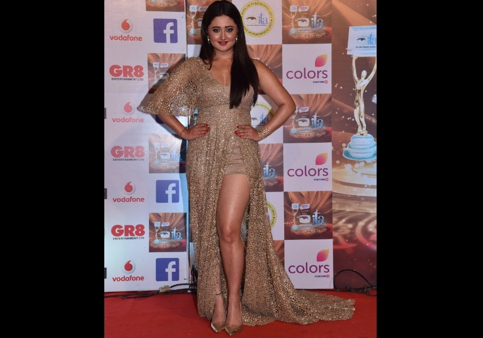 Rashmi Desai dazzled in gold from head to toe. Image from Twitter/@ColorsTV