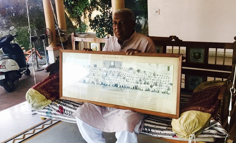 Amarsinh Zinabhai Chaudhary holds a picture of members of firth Lok Sabha. Image procured by the author.