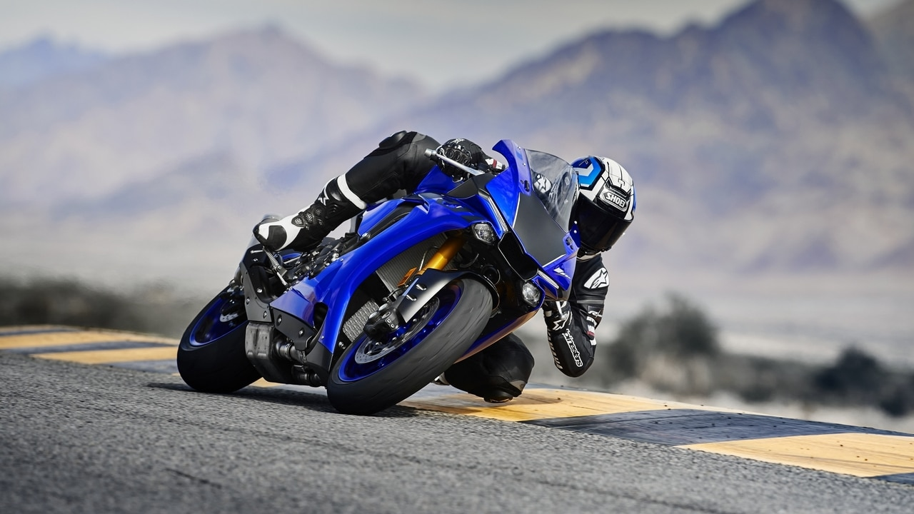 The 2018 Yamaha YZF-R1 gets an updated Quick Shift System (QSS) which allows clutch less downshifts and upshifts at full throttle. Image: Yamaha Europe