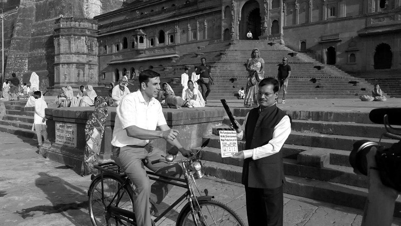 Akshay Kumar with Arunachalam Muruganantham on the sets of Padman. Image via Twitter/@murugaofficial