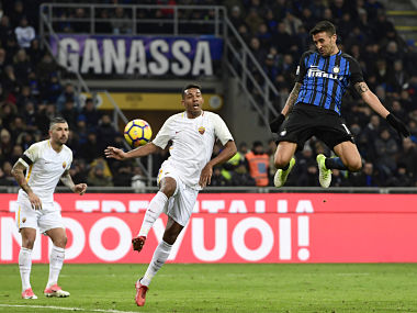 Inter Milan's Uruguayan midfielder Matias Vecino (R) heads the ball to score during the Italian Serie A football match Inter Milan versus AS Roma at the San Siro stadium in Milan on January 21, 2018. / AFP PHOTO / MIGUEL MEDINA