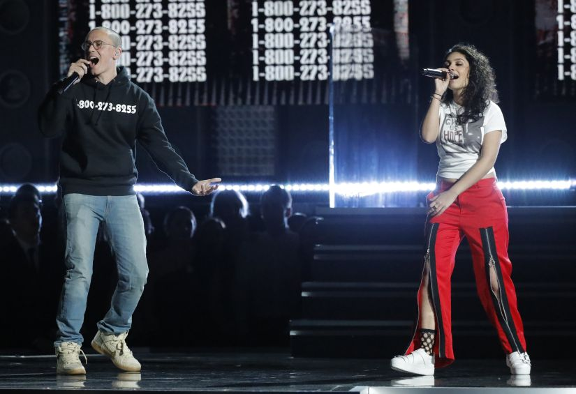 "60th Annual Grammy Awards – Show – New York, U.S., 28/01/2018 – Logic and Alessia Cara perform ""1-800-273-8255."" REUTERS/Lucas Jackson - HP1EE1T0AYEJ9"