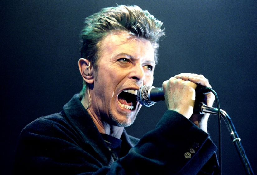 British Pop Star David Bowie screams into the microphone as he performs on stage during his concert in Vienna February 4, 1996. REUTERS/Leonhard Foeger/File Photo - TM3ECAC14PA01