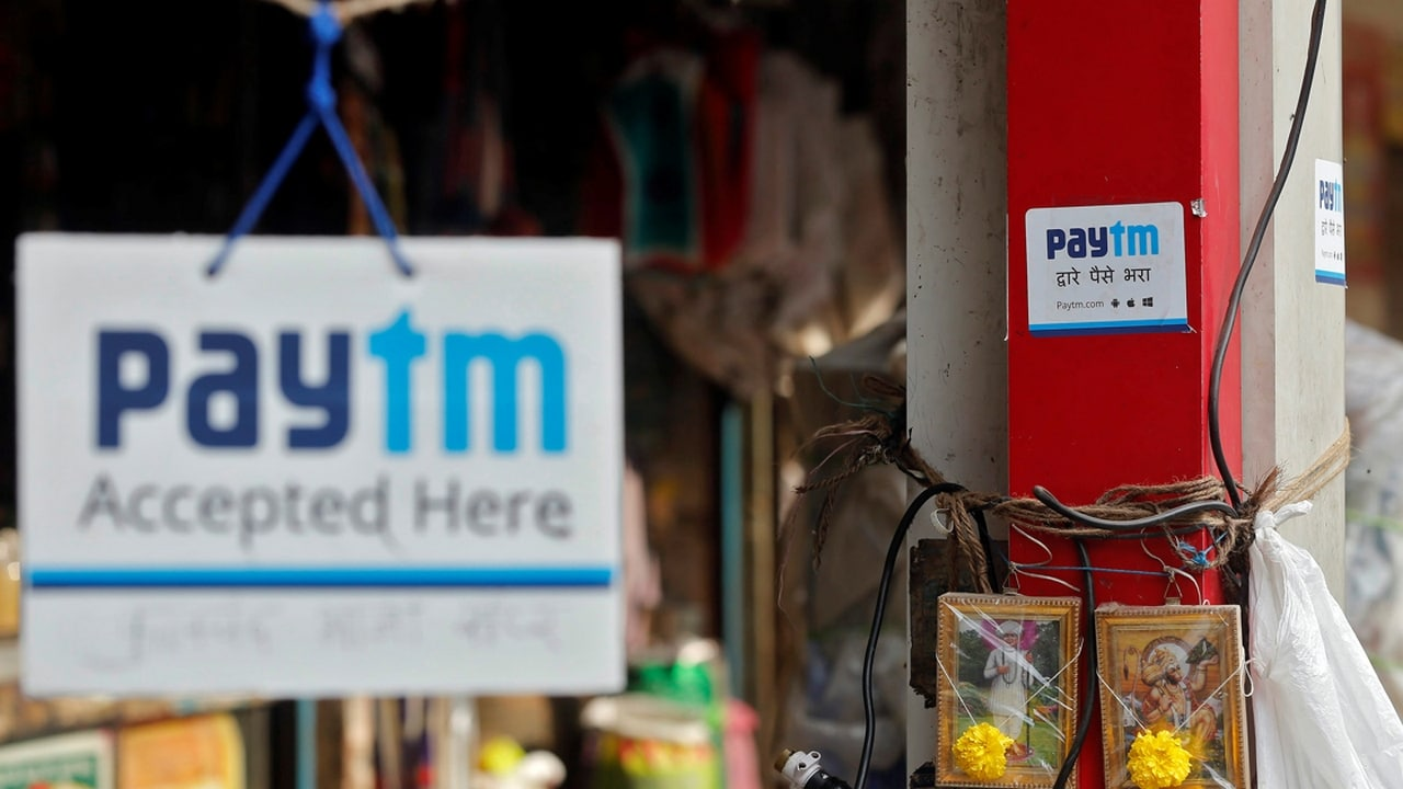 Advertisements of Paytm, a digital wallet company, are seen placed at stalls of roadside vegetable vendors in Mumbai, India, November 19, 2016. Picture taken November 19, 2016. REUTERS/Shailesh Andrade - RTSTQTR
