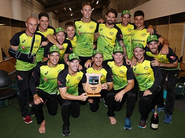 Australia's cricket players celebrate after winning the final Twenty20 Tri Series international cricket match between New Zealand and Australia at Eden Park in Auckland on February 21, 2018. / AFP PHOTO / MICHAEL BRADLEY