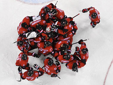 Team Canada celebrate their win in the men's quarter-final ice hockey match between Finland and Canada during the Pyeongchang 2018 Winter Olympic Games at the Gangneung Hockey Centre in Gangneung on February 21, 2018. / AFP PHOTO / Kirill KUDRYAVTSEV