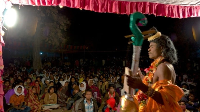 During the nights, the visitors to the Jatara are treated to performances of epics in the local dialect Gondi