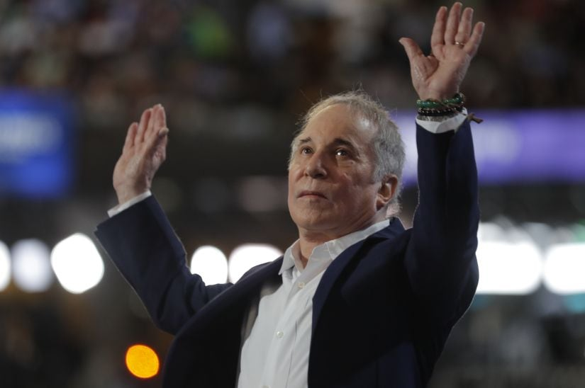 Singer Paul Simon greets the audience while performing at the Democratic National Convention in Philadelphia, Pennsylvania, U.S., July 25, 2016. REUTERS/Jim Young - HT1EC7Q04SJPB