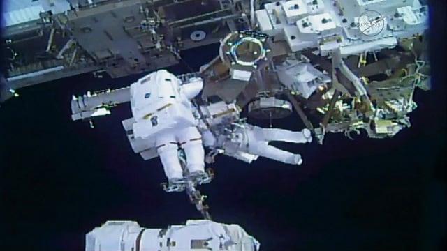Spacewalkers Mark Vande Hei (foreground) and Norishige Kanai transfer a spare robotic hand. Image: NASA