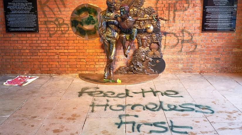 The vandalised David Bowie statue. Image via Twitter