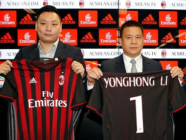 David Han Li, Yonghong Li shows a AC Milan jersey during a news conference in Milan, Italy, April 14, 2017. REUTERS/Alessandro Garofalo - RC1631C6B8F0
