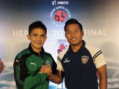 Bengaluru FC's Sunil Chhetri (L) and Chennaiyin FC's Jeje Lalpehlua (R) pose ahead of the 2017-18 ISL final. Image Courtesy: ISL