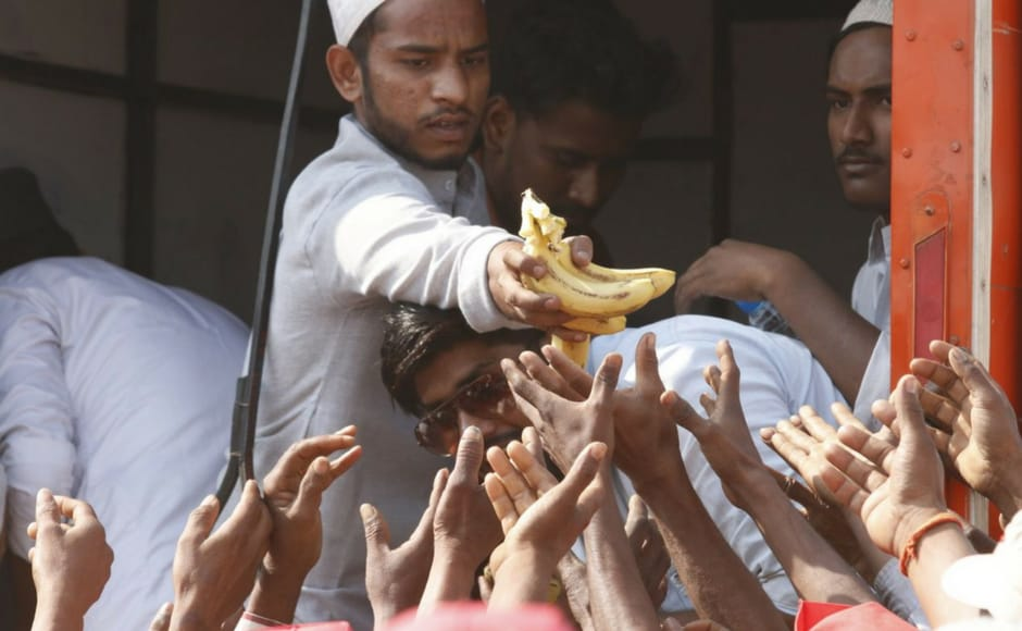 Volunteers distribute food among farmers gathered at Azad Maidan on Monday. The famed 'dabbawalas' of Mumbai and the city residents came out to help the thousands of farmers, who walked for six days to reach Mumbai from Nashik to raise their various demands, by providing them food and water. Firstpost/ Sachin Gokhale