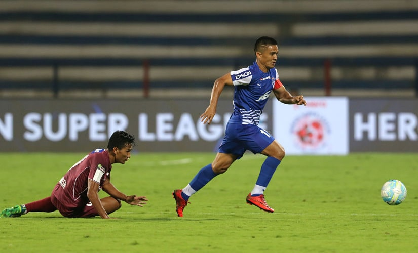 Sunil Chhetri of Bengaluru FC and Seiminlen Doungel of Northeast United FC in action during match 57 of the Hero Indian Super League between Bengaluru FC and NorthEast United FC held at the Sree Kanteerava Stadium, Bangalore, India on the 26th January 2018 Photo by: Vipin Pawar / ISL / SPORTZPICS