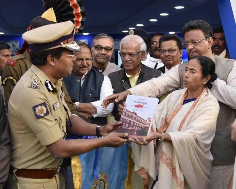 Sarkar being felicitated by Mamata Bannerjee