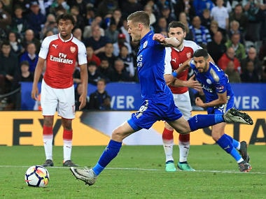 Leicester City's English striker Jamie Vardy (C) scores their second goal for 2-1 from the penalty spot during the English Premier League football match between Leicester City and Arsenal at King Power Stadium in Leicester, central England on May 9, 2018. / AFP PHOTO / Lindsey PARNABY / RESTRICTED TO EDITORIAL USE. No use with unauthorized audio, video, data, fixture lists, club/league logos or 'live' services. Online in-match use limited to 75 images, no video emulation. No use in betting, games or single club/league/player publications. /