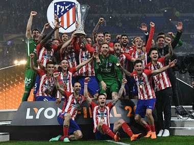Atletico's players celebrate with the trophy after the UEFA Europa League final football match between Olympique de Marseille and Club Atletico de Madrid at the Parc OL stadium in Decines-Charpieu, near Lyon on May 16, 2018. / AFP PHOTO / FRANCK FIFE